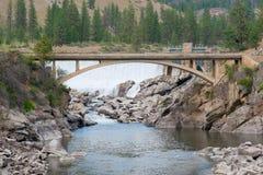 在瀑布之下的桥梁 图库摄影