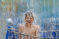 在瀑布之下的男孩 图库摄影
