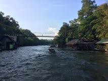 在瀑布佐井Yok北碧泰国的木筏和小船游览 免版税图库摄影