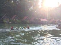 在瀑布佐井Yok北碧泰国的木筏和小船游览 免版税库存图片