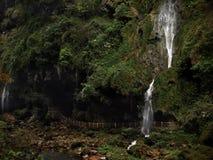 在瀑布后的一串美丽的足迹没有人 免版税图库摄影