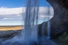 在瀑布后的段落在山 免版税图库摄影