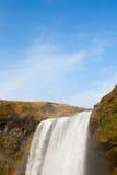 在瀑布和蓝天的云彩 免版税库存照片