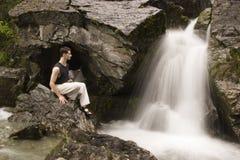 在瀑布旁边的艺术军事凝思 免版税库存照片