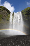 在瀑布的双重彩虹 免版税库存图片