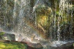 在瀑布的基地的彩虹 图库摄影