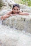在瀑布的女孩 免版税库存照片