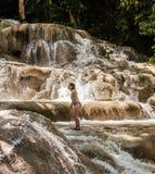 在瀑布的妇女攀登 免版税库存照片