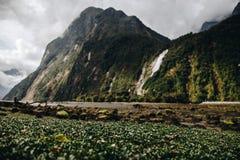 在瀑布的山在多云天 免版税库存照片
