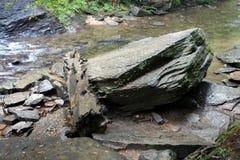 在瀑布的底部的岩石 免版税库存照片