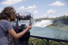 在瀑布的旅游观察者 图库摄影