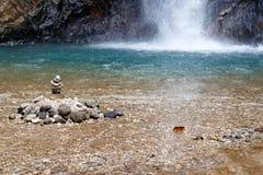 在瀑布的石头在深密林 库存图片