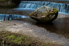 在瀑布的石头 库存图片