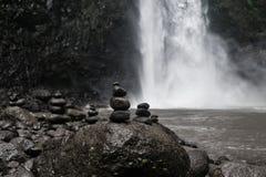 在瀑布的禅宗石头有迷离背景 图库摄影