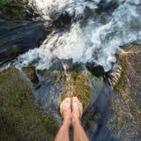 在瀑布的脚 免版税库存图片