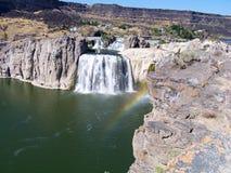 在瀑布的薄雾的彩虹在肖松尼人的在爱达荷落 图库摄影