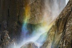 在瀑布薄雾的彩虹光在花岗岩峭壁的 库存图片