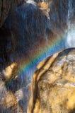 在瀑布里面的彩虹 库存照片