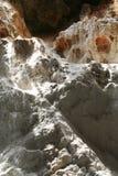 在瀑布里面的洞 免版税库存照片