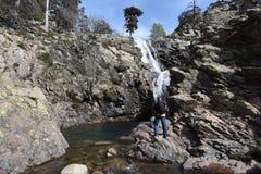 在瀑布附近的人 库存照片