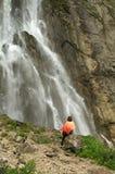 在瀑布附近的妇女 免版税库存图片