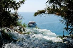 在瀑布附近的小船 免版税库存图片