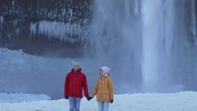 在瀑布附近的旅行夫妇 影视素材