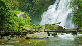 在瀑布附近的竹桥梁 清莱,泰国 股票视频