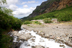 在瀑布附近的changbai小河 免版税图库摄影