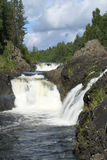 在瀑布附近的kivach 免版税库存图片
