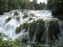 在瀑布,水煮沸中间的沈默 库存图片