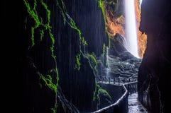 在瀑布`可乐de caballo `的美丽如画的看法从洞` Gruta虹膜` 库存照片