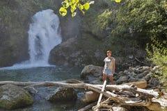 在瀑布总和前面的妇女, Vintgar峡谷,斯洛文尼亚 免版税库存照片