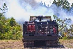 在灌丛火的消防车 库存图片