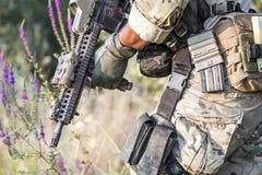 在灌木的美军士兵制服 库存照片