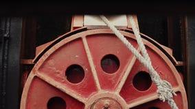 在灌溉期间的移动的停泊圆环 股票视频