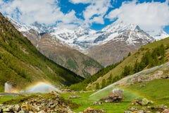 在灌溉水喷口的彩虹在阿尔卑斯山 库存照片