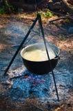 在火上的旅游水壶 库存照片