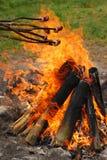 在火之上烤香肠棍子 免版税库存图片