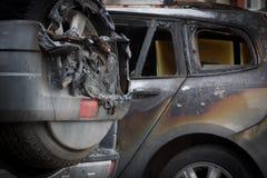 在火以后的两辆汽车 两部分地被烧在汽车下 从火的火在一辆汽车在别的被投掷了 库存图片