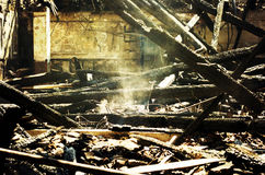 在火以后的废墟 免版税库存图片