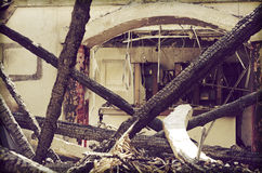 在火以后的废墟 免版税图库摄影