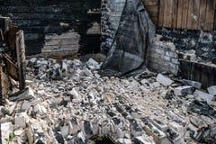 在火以后的破坏在房子里 免版税库存照片
