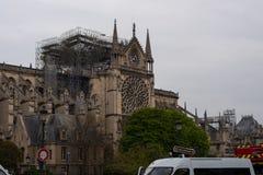 在火以后的Notre Dame圆花窗 库存图片