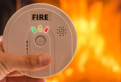 在火前的火警响起来警报 免版税库存图片
