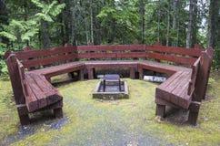 在火坑附近的长凳圈子 免版税库存照片