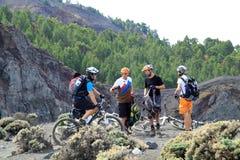 在火山上面的自行车  库存图片