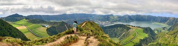 在火山口圣地的米格尔,亚速尔塞特港Cidades前面的夫妇 免版税库存图片