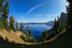 在火山口湖的太阳山谷 免版税库存图片