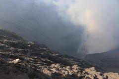 在火山口的太阳亮光 库存照片